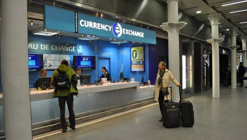 صرف وتحويل الأموال في المطار