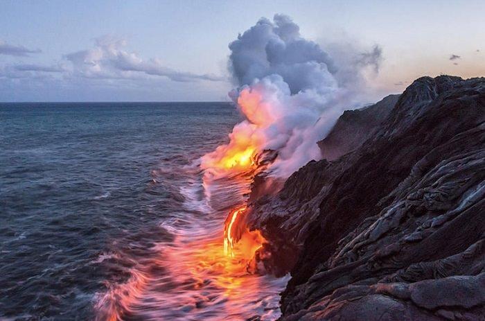 حمم بركان كيلاوي تلتحم مع مياه البحر