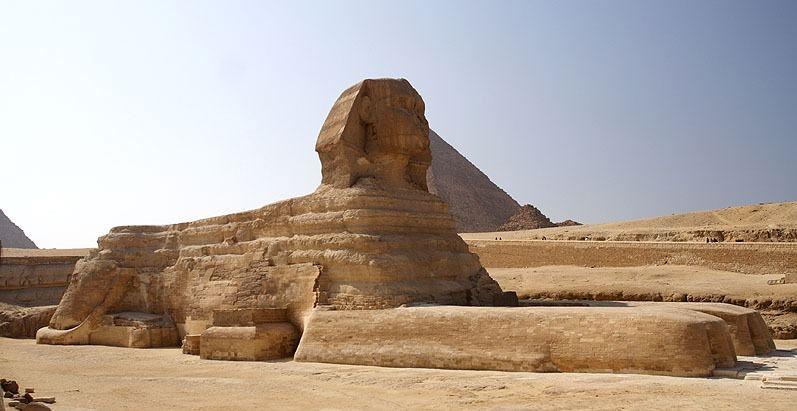 تمثال منحوت على الأرض بشكل ابداعي جميل
