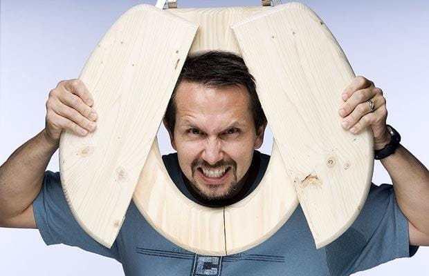 كسر أكبر عدد من مقاعد المراحيض باستخدام الرأس في دقيقة واحدة