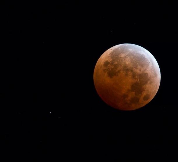 القمر الأحمر للمصور Neal Herbert