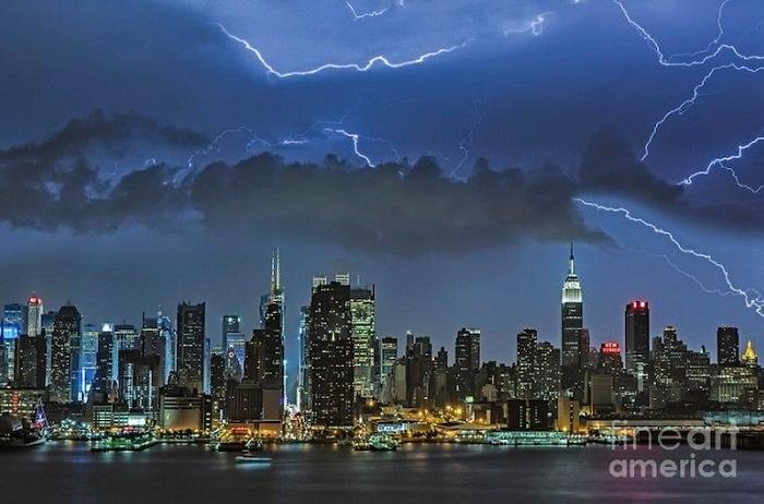 مدينة نيويورك تحت رحمة عاصفة رعدية