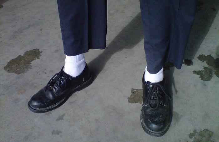 الجوارب البيضاء مع الأحذية الرسمية