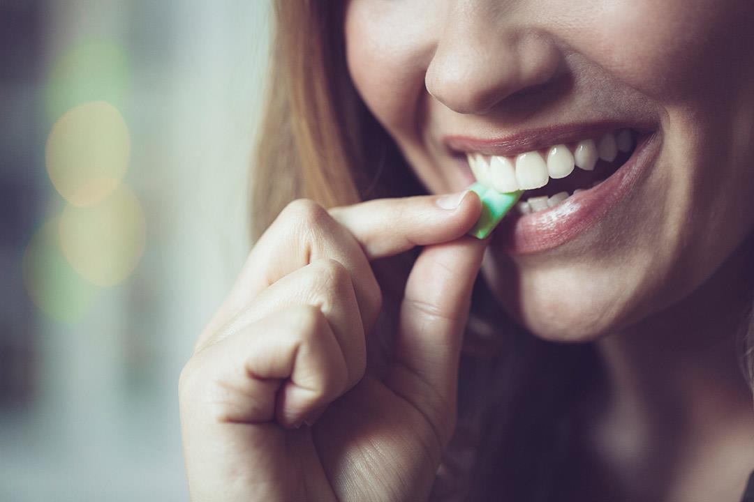 من فوائد العلكة تعزيز صحة الفم
