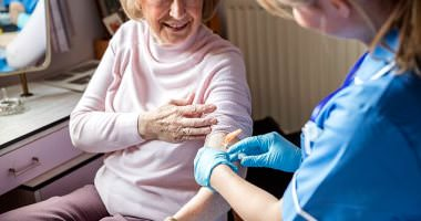 هل اللقاح يحمي كبار السن!