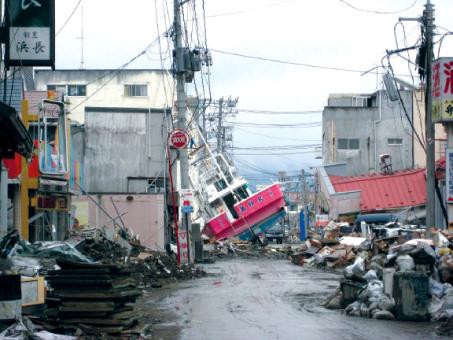 زلزال المحيط الهادئ وتسونامي منطقة توهوكو- اليابان 2011