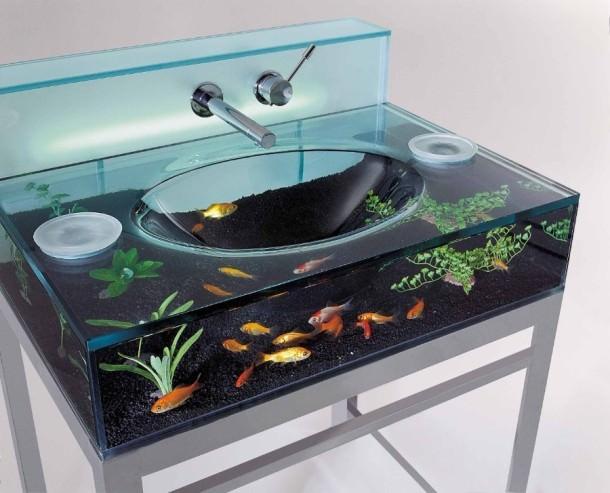 حوض أسماك داخل مغسلة الحمام