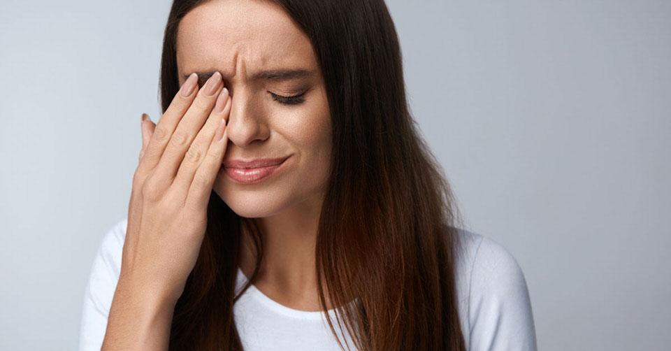 تجنب لمس الوجه باليدين للوقاية من عدوى فيروس كورونا