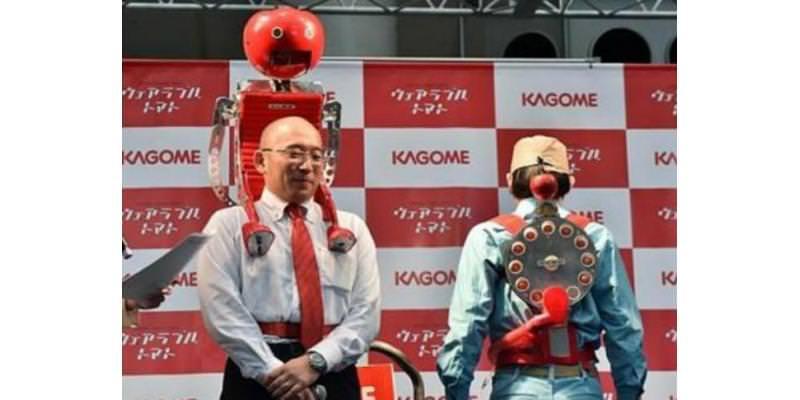 روبوت يطعم صاحبه الطماطم