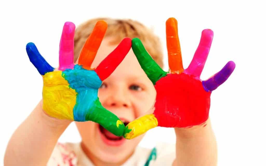 يستخدم الكاتشب في تلوين أصابع الأطفال