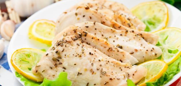 صدور الدجاج بالليمون والثوم المطحون