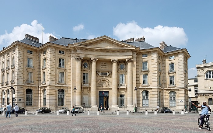 جامعة باريس السوربون في فرنسا - تأسست بين عامي 1160 و 1250