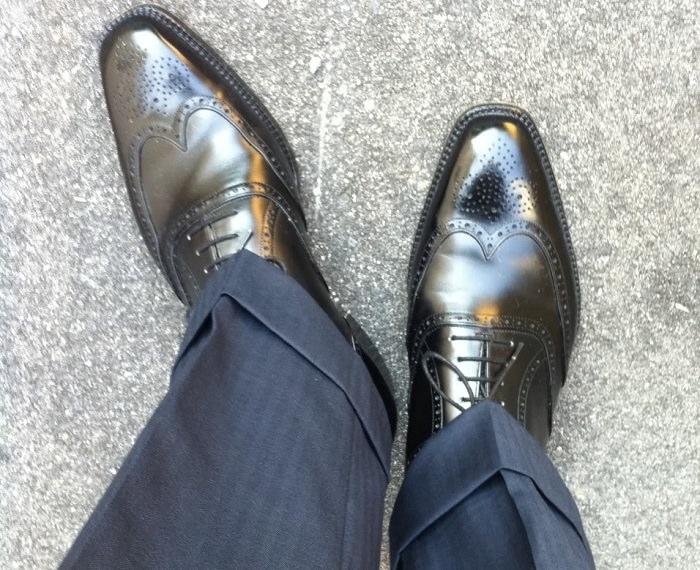عدم ملائمة لون الحذاء مع البدلة