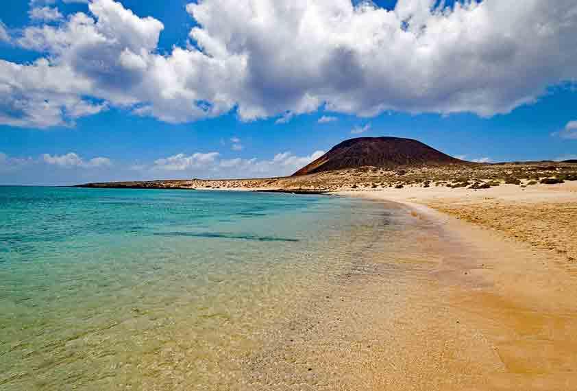 جزر الكناري، إسبانيا (درجة الحرارة: 17 إلى 24 درجة مئوية)