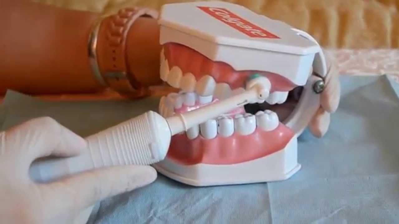 تنظيف الأسنان بقوة