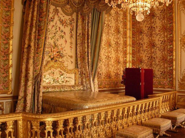 غرفة نوم الملكة إليزابيث الثانية في قصر باكينهام